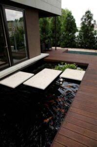 15 desain kolam ikan minimalis dengan taman yang indah